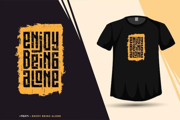 Citar camiseta disfrute de estar solo, plantilla de diseño vertical de tipografía de moda para imprimir camisetas, carteles de ropa de moda y mercancías