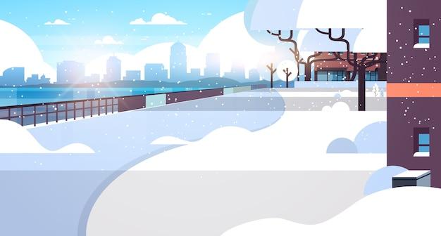 Ciudad de invierno cubierto de nieve zona residencial sol paisaje urbano plano horizontal ilustración vectorial