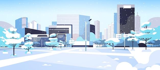 Ciudad de invierno parque cubierto de nieve en el centro con rascacielos edificios comerciales paisaje urbano ilustración vectorial horizontal plana