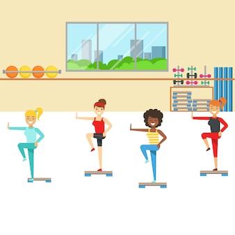 Clase de aeróbicos con equipo de pasos, miembro del fitness club trabajando y haciendo ejercicio en ropa deportiva de moda