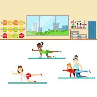 Clase de yoga con entrenador ayudando y corrigiendo, miembro del fitness club trabajando y haciendo ejercicio en ropa deportiva de moda