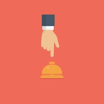 Cliente mano presionando la campana de recepción del hotel