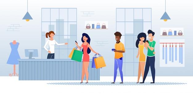 Los clientes hacen cola en la caja registradora de la tienda de ropa