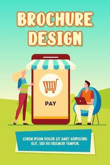 Clientes pequeños alegres que pagan en plantilla de folleto de tienda en línea