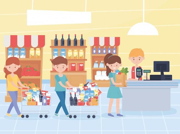 Clientes que esperan pagar sus compras en el cajero