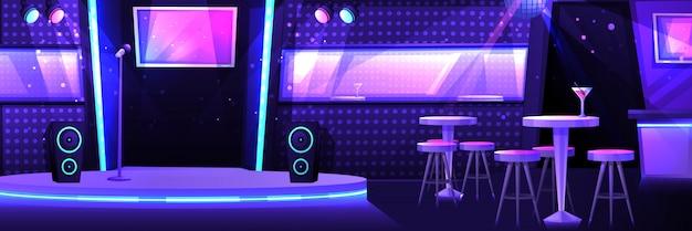 Club de karaoke con escenario y micrófono.