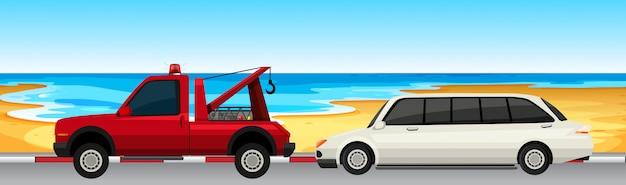 Coche y camión estacionados en la carretera.