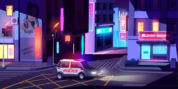 Coche del departamento de patrulla de la policía nocturna con señalización montando una calle vacía de la ciudad con edificios, letreros de neón brillantes, cruce de peatones y semáforos
