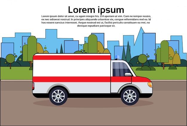 Coche de emergencia en ambulancia vehículo médico de carretera sobre edificios de la ciudad