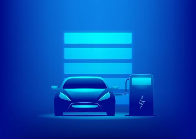 Coche ev o carga eléctrica en la estación de carga con el cable de alimentación enchufado sobre fondo azul.
