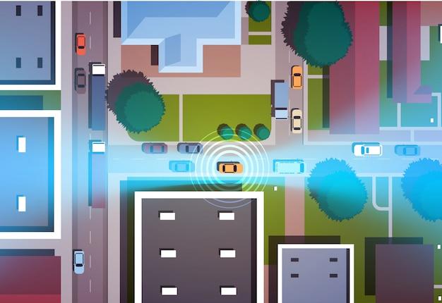 Coches que conducen calles de la ciudad de carretera con edificios vista de ángulo superior horizontal