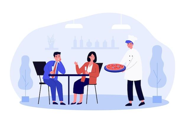 Cocinero repartiendo pizzas a clientes de la feliz pareja. sonriente hombre y mujer cenando juntos en un restaurante italiano. chef al servicio de los clientes. comida rápida, salir a comer. ilustración de dibujos animados de vector plano.