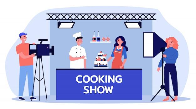 Cocineros felices cocinando pastel para programa de televisión