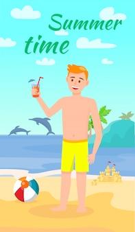 Cóctel de consumición del hombre joven en la playa de sandy del verano.