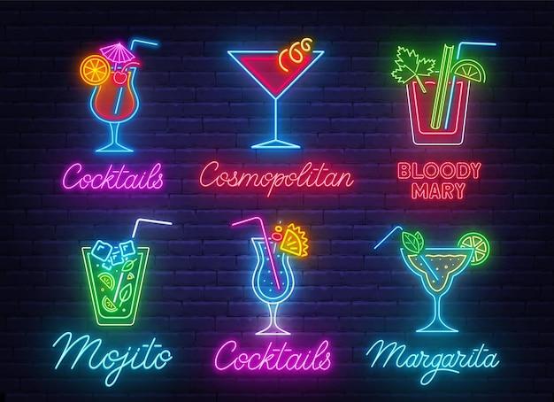 Cóctel margarita, blue hawaiian, mojito, bloody mary, cosmopolitan y tequila sunrise letrero de neón sobre fondo de pared de ladrillo.