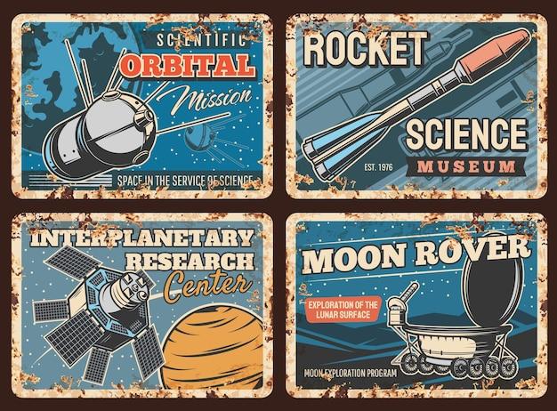 Cohetes espaciales, placas oxidadas de metal de exploración de planetas, estación orbital. ciencia espacial y tecnología de naves espaciales, rover lunar en la superficie lunar y carteles retro del centro de investigación interplanetaria