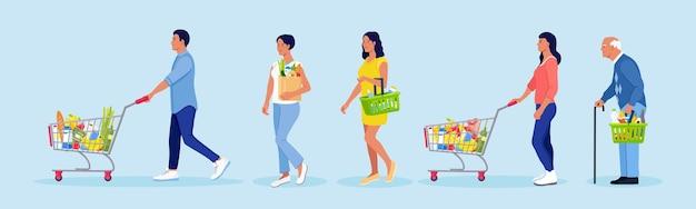 Cola de la tienda de comestibles. personas con carritos de compras, canasta, bolsa ecológica con comida. multitud de compradores esperando en una larga fila en el supermercado. cola abarrotada para el cajero. servicio al cliente
