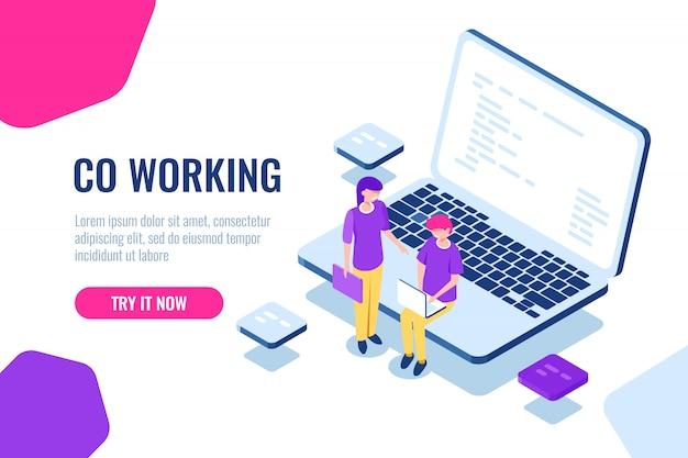 Colaboración isométrica, espacio de coworking, programador de jóvenes, computadora portátil con código de programa.