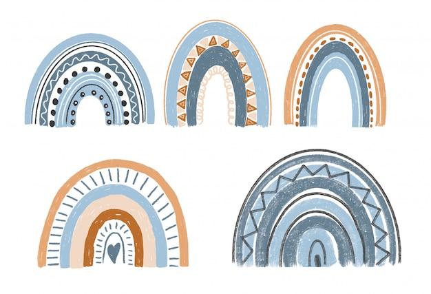 Colección de arco iris boho dibujado a mano en colores azul y marrón pastel, elementos aislados sobre fondo blanco.