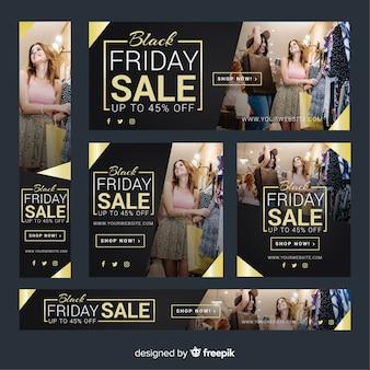 Colección de banners de rebajas de black friday con mujeres de compras