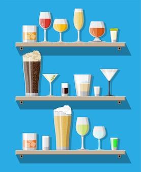Colección de bebidas alcohólicas en vasos en estantes