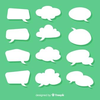 Colección de burbujas de discurso plano en papel estilo fondo verde