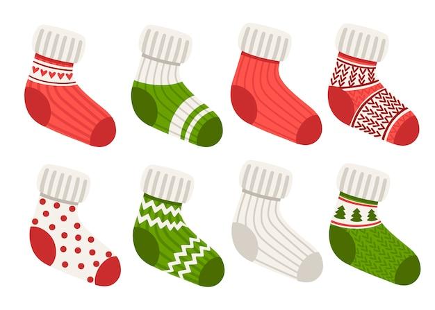 Colección de calcetines tejidos de lana de colores. calcetines con diferente patrón y textura. conjunto rojo y verde.