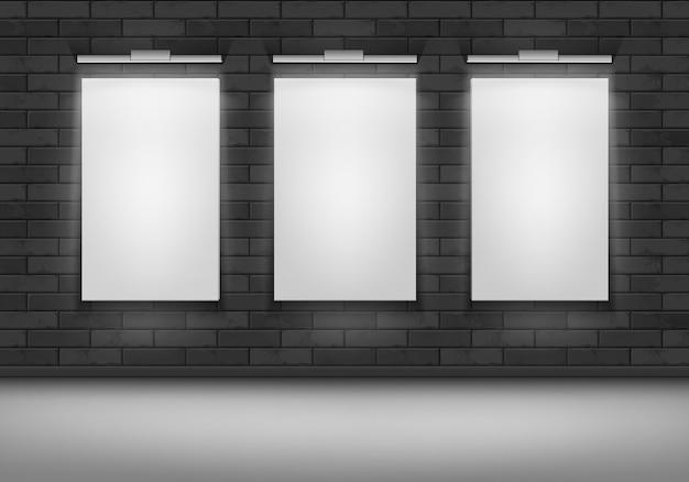 Colección de carteles en blanco en una pared.