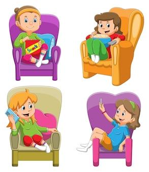 La colección de las chicas comiendo la merienda y jugando con el teléfono inteligente en el sofá de la ilustración.