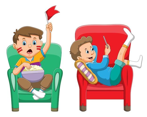 La colección de los chicos apoyando y tocando el teléfono inteligente en el sofá de la ilustración.
