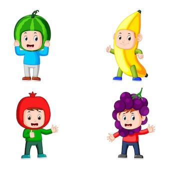 Colección de chicos posan con el disfraz de frutas de diferente color.