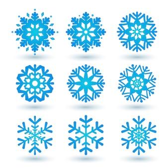Colección de copos de nieve azules sobre un fondo blanco.
