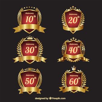 Colección de elegantes escudos dorados de aniversario