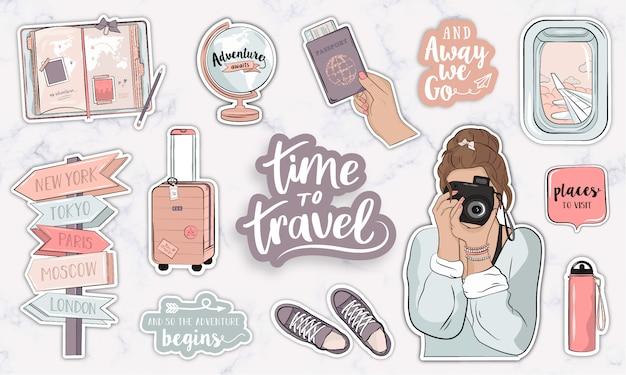 Colección de elementos de viaje con una niña tomando una foto y objetos modernos