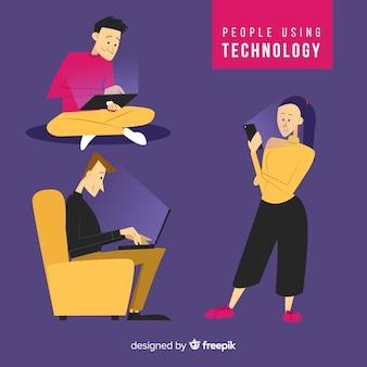Colección gente joven usando dispositivos tecnológicos