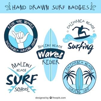 Colección de insignias de surf celestes dibujadas a mano