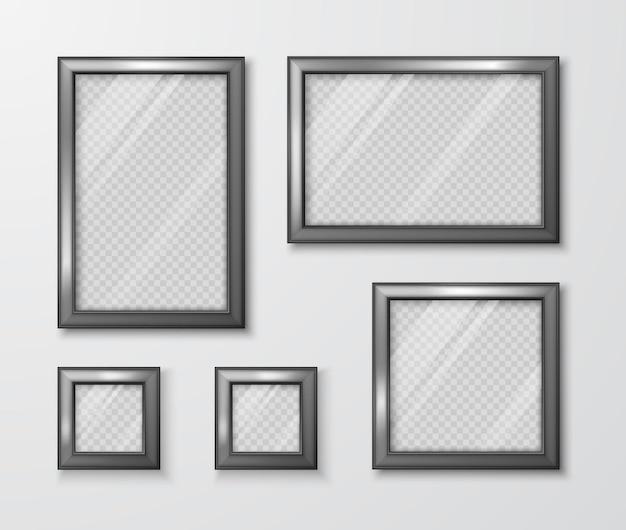 Colección de marcos de fotos en la pared gris