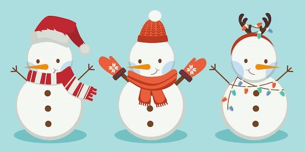 La colección de muñeco de nieve lleva un sombrero de invierno y bufanda y cuerno sobre el fondo azul.