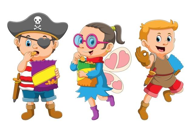 La colección de los niños comiendo la merienda y usando el disfraz de piratas, hada e indio de la ilustración
