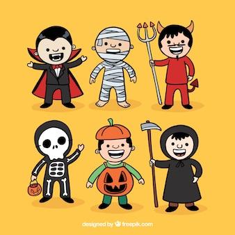 Colección de niños disfrazados para halloween dibujados a mano