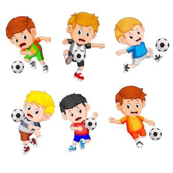 Colección de los niños juegan al fútbol profesional.
