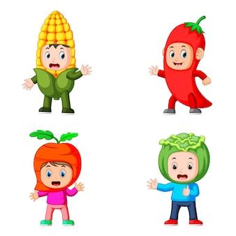 Colección de los niños que utilizan el disfraz de verduras con diferentes variantes.