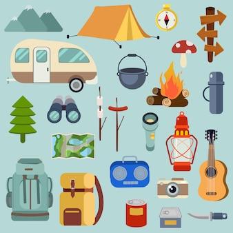 La colección de paquetes de camping está lista para ir al picnic de bosque.
