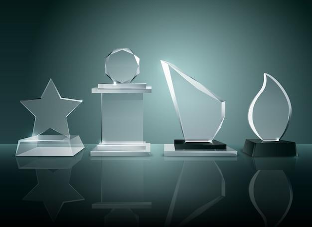 Colección de premios de los trofeos de cristal de las competiciones deportivas en imágenes realistas de superficie reflectante transparente.