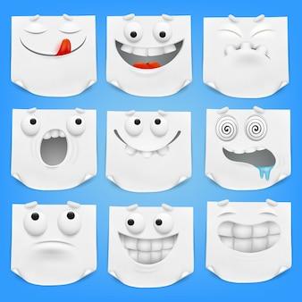 Colección de varios papel de nota blanco de los personajes de dibujos animados del emoticon con la esquina encrespada.