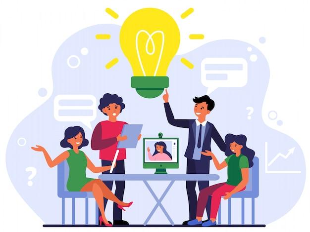Colegas discutiendo proyectos en línea y fuera de línea