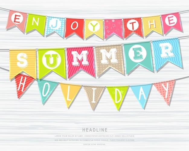 Colgando coloridas banderas con inscripción. vacaciones de verano y vacaciones