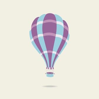 Colorido globo de aire caliente en el cielo azul