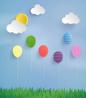 Colorido globo volando alto en el aire