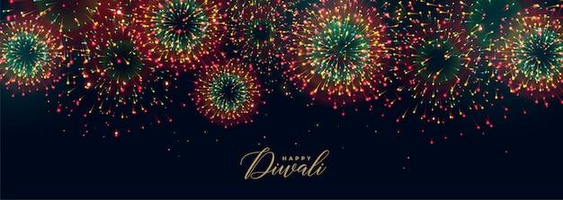 Coloridos fuegos artificiales del festival en el cielo para la temporada de diwali